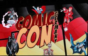 Das Banner der Comic Con Germany 2016 auf dem großen Bildschirm der Halle 3